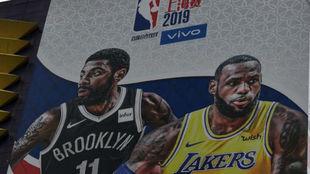Un cartel del Lakers vs Nets en Shanghai.