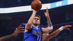 Luka Doncic lanza a canasta ante Bruce Brown