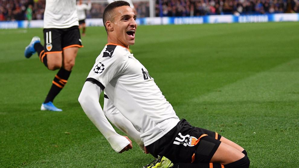 Rodrigo celebra su gol en Stamford Bridge contra el Chelsea.