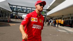 Sebastian Vettel llegando al 'paddock' de Suzuka.