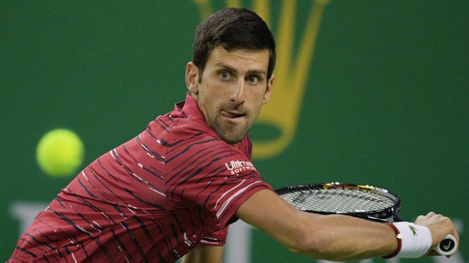 Novak Djokovic devuelve una bola.