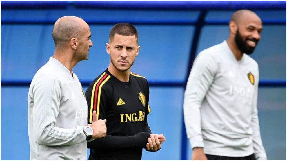 Roberto Martínez dialoga con Hazard en presencia de Henry.