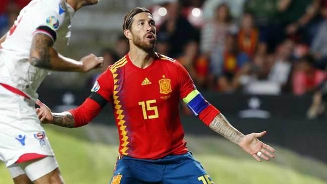 Sergio Ramos se lamenta en un partido con España.