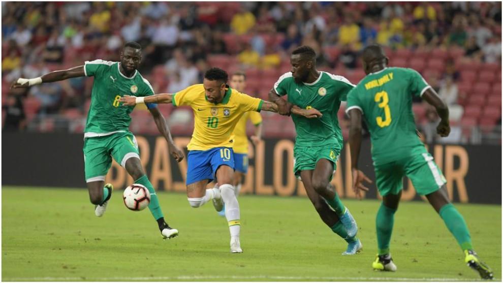 Neymar trata de zafarse de la marca de Salif Sané y Cheikhou...