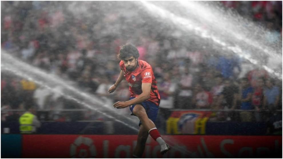 Joao Félix golpea el balón durante un calentamiento en el Wanda...