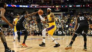 LeBron James intenta una penetración contra los Nets en Shanghái.