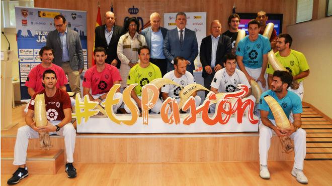Losparticipantes del Villa de Madrid, junto al presidente de la FEP,...
