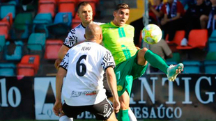 Álvarez disputa un balón con el Salamanca.