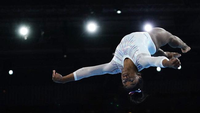 Simone Biles, compitiendo el los Mundiales de Stuttgart.