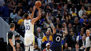 Stephen Curry anotando uno de los seis triples que logró frente a...