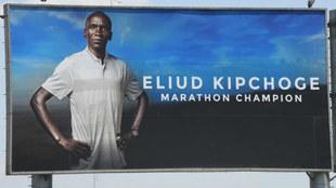 Valla publicitaria sobre Eliud Kipchoge, que tratará de bajar de dos...