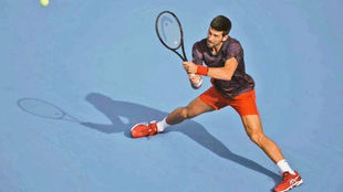 Novak Djokovic intenta llegar a una pelota