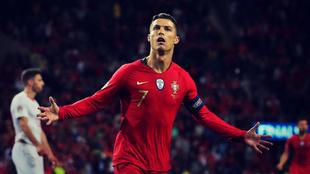 El delantero de Portugal Cristiano Ronaldo celebra uno de los goles...