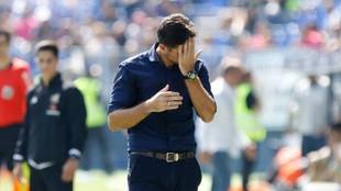 Víctor nervioso durante un encuentro del Málaga