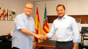 Fede Sagreras estrecha la mano con Anil Murthy