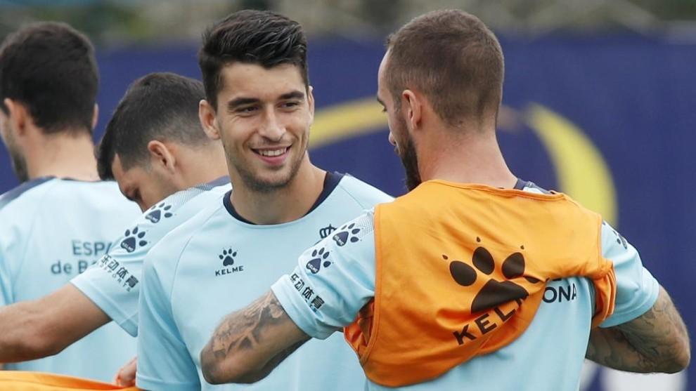Marc Roca habla con Darder, en una sesión de entrenamiento.