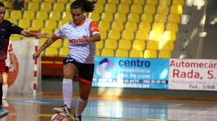 Candela Soria disputando un partido con el Ourense Envialia
