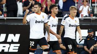 Maxi celebra un gol con el Valencia en Mestalla.