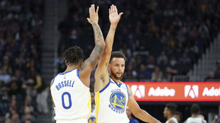 Stephen Curry y D'Angelo Russell durante el juego ante los...