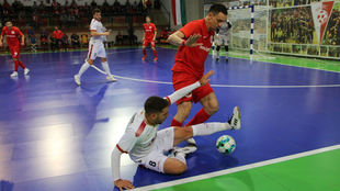 Andresito se lanza a los pies de Romulo.