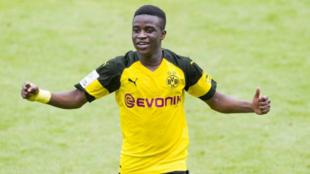 Youssoufa Moukoko celebra un gol con el Dortmund.