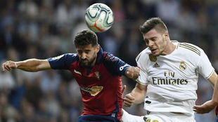 Jovic intenta un remate ante Osasuna