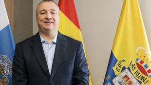 Razmírez, delante de una bandera de Las Palmas