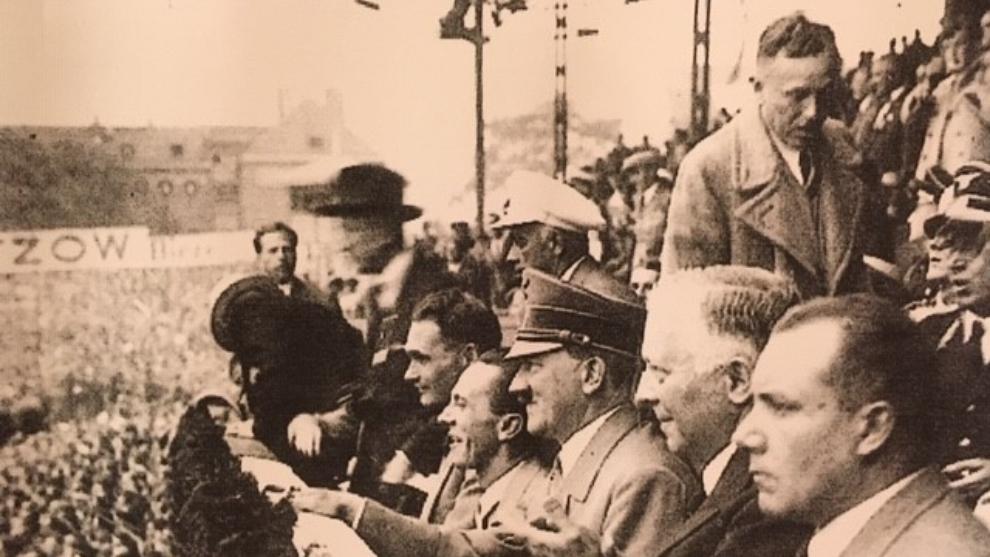 Hitler, rodeado de la plana mayor nazi, en Postdam antes del...