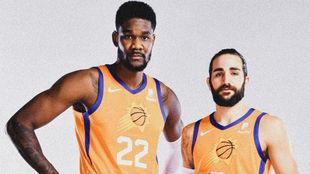 Ricky Rubio posa junto a Deandre Ayton en el Media Day de los Suns