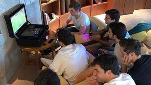 Los pilotos de F1, reunidos en la habitación de Verstappen.