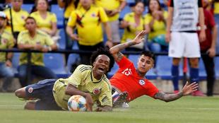 El defensa de Chile Erick Pulgar entra a Juan Guillermo Cuadrado.