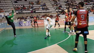 Un momento del partido entre el Huesca y el Anaitasuna /
