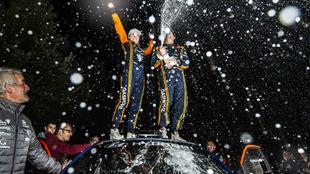 El cántabro y su copiloto, Alba Sánchez, festejando la victoria.
