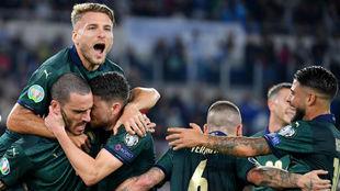 Los jugadores de Italia celebran el gol de Jorginho (27).
