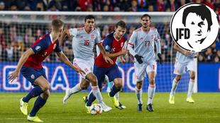Rodri conduce el balón contra Noruega