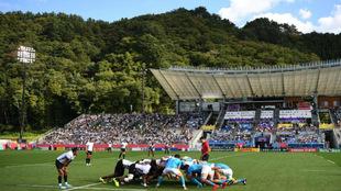 Estadio de Kamaishi, con las laderas tras las tribunas, durante el...