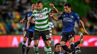 Jesé Rodríguez disputa un balón durante un partido con el Sporting...