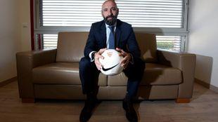 Monchi posa desde el sofá de su despacho en la Ciudad deportiva.