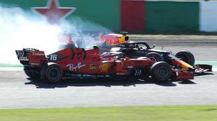 El momento del impacto entre Verstappen y Leclerc