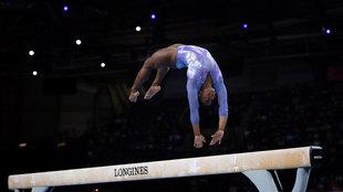 Simone Biles, en el ejercicio de barra de equilibrio que le ha hecho...