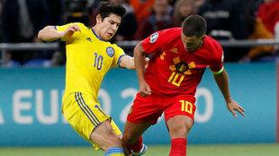 Hazard intenta superar a un rival de Kazajistán.