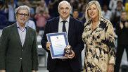 Pablo Laso recibe el premio al mejor entrenador de la temporada...