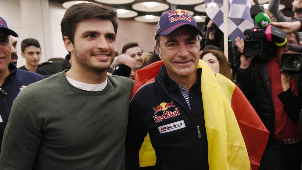Carlos Sainz recibe a su padre tras ganar el Dakar.