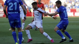 Dani Ojeda, con el balón, intenta irse de Christian Fernández