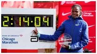 Brigid Kosgei posa con el tiempo de su récord.