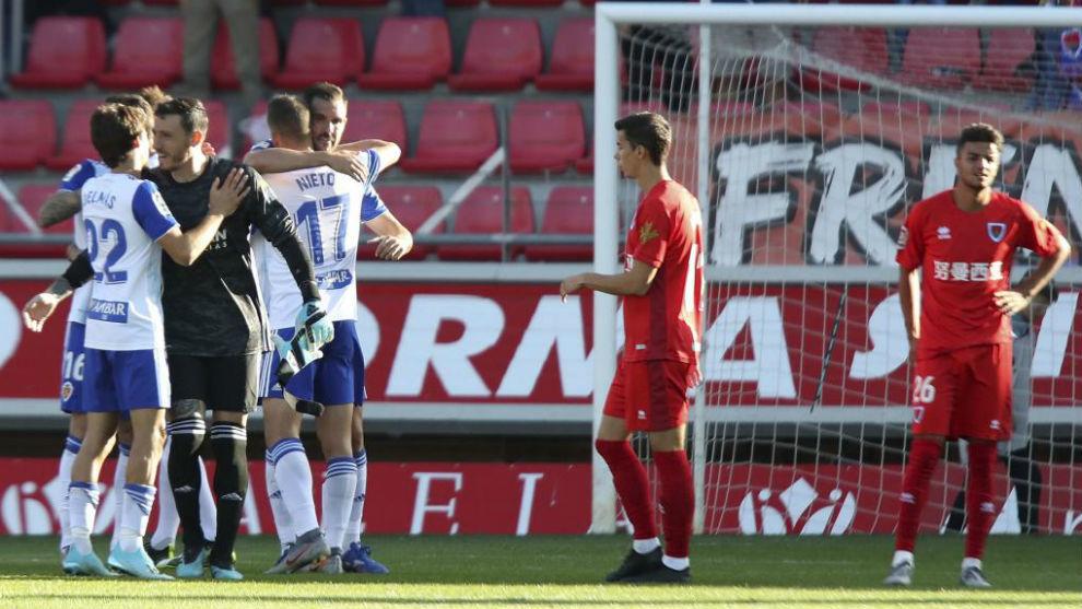 Los jugadores del Zaragoza celebran al final del partido su victoria