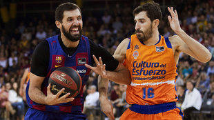 Nikola Mirotic intenta entrar a canasta ante la defensa de Vives