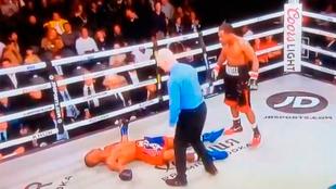 Al momento de caer, su cabeza rebotó en el ring quedando noqueado al...