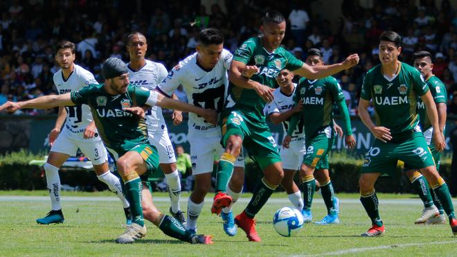 Martín Barragán en la lucha por el balón.