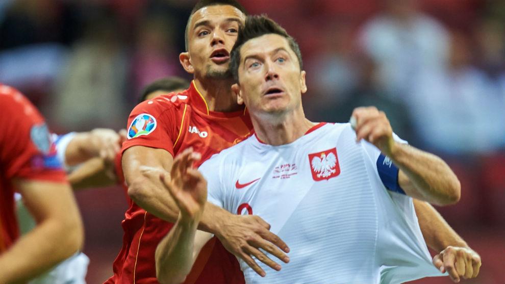 Lewandowski protege la pelota en el partido ante Macedonia.